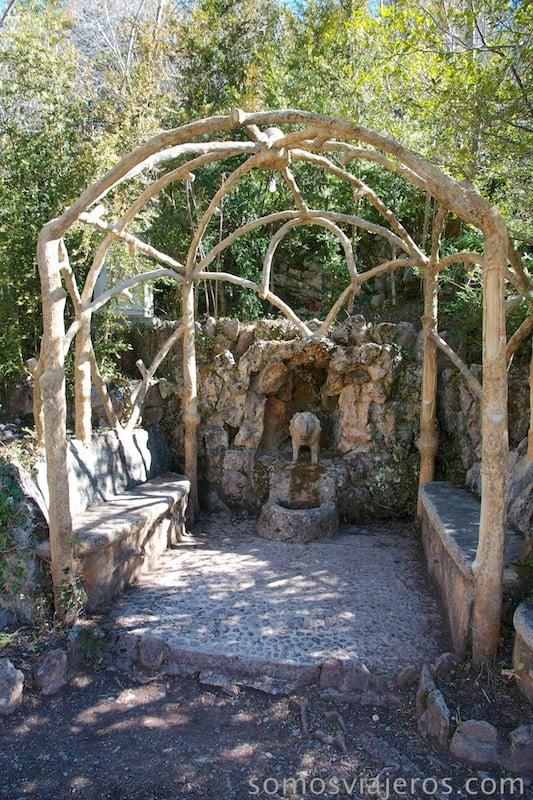 jardines de can artigas. Pergola del Lleó de Antoni Gaudí