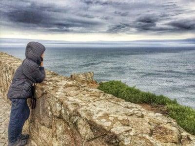 Pau mirando al mar