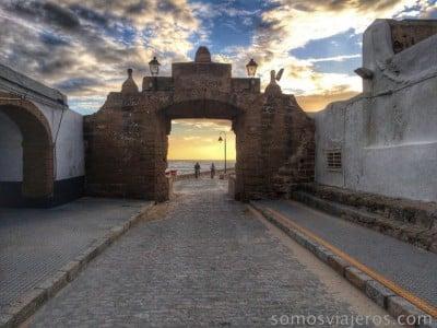 Puerta al atardecer de Cádiz