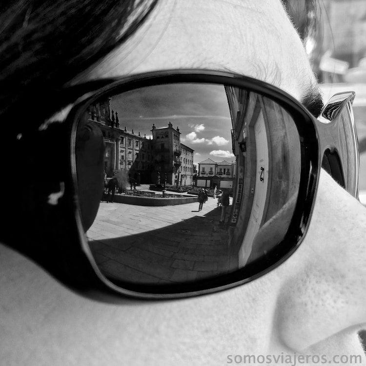 santiago reflejada en las gafas de Maria