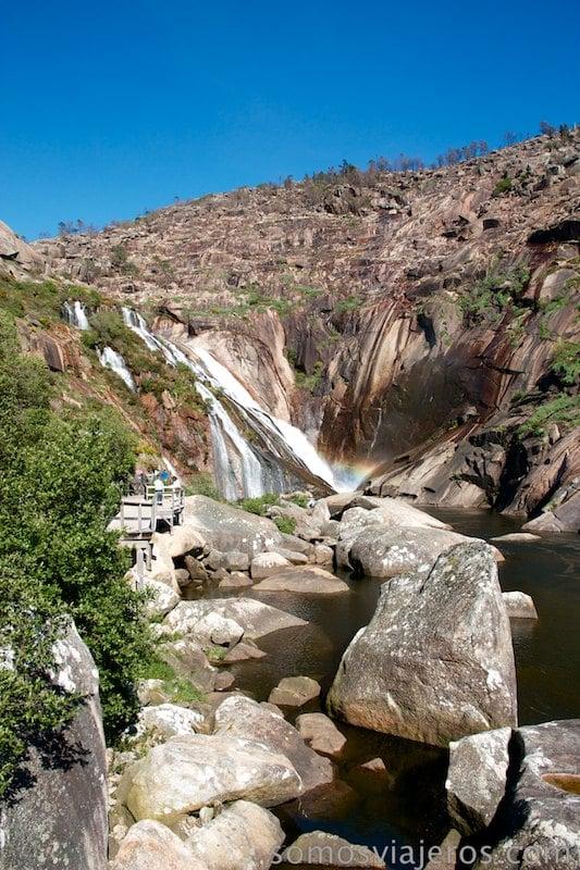 vista del camino hacia la cascada de ezaro