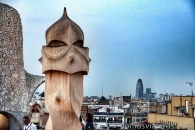 guerrero de La Pedrera con Gaudí al fondo