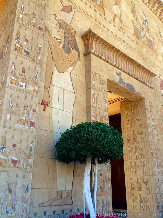 Paredes con jeroglíficos en Egipto de Terra Mítica