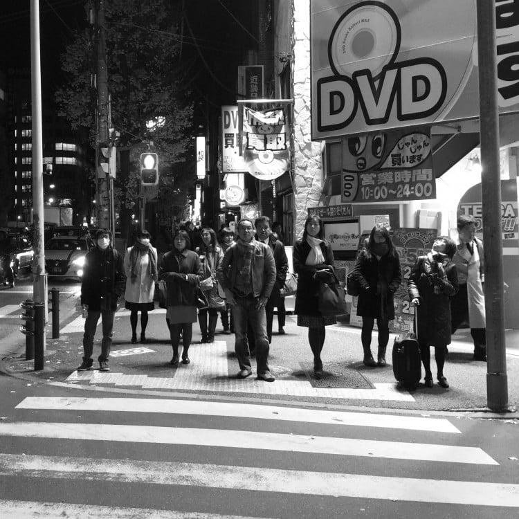 tokyo y peatones en paso cebra