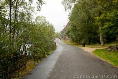 recorrido a pie por el lago katrine en escocía