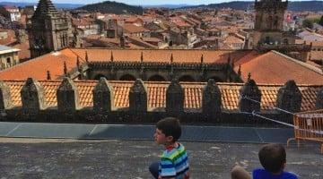 Santiago de Compostela con niños. Excursión sobre la cubierta de la catedral