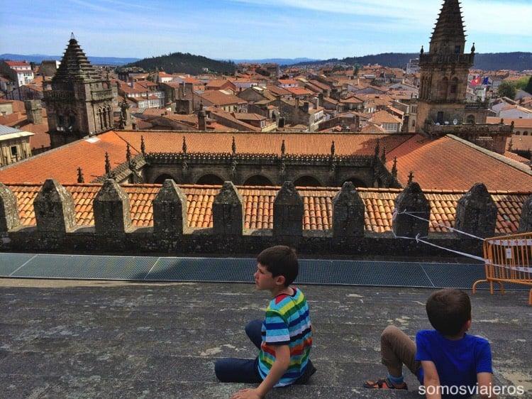 Galicia con niños con Pau y David en la cubierta de la catedral de Santiago
