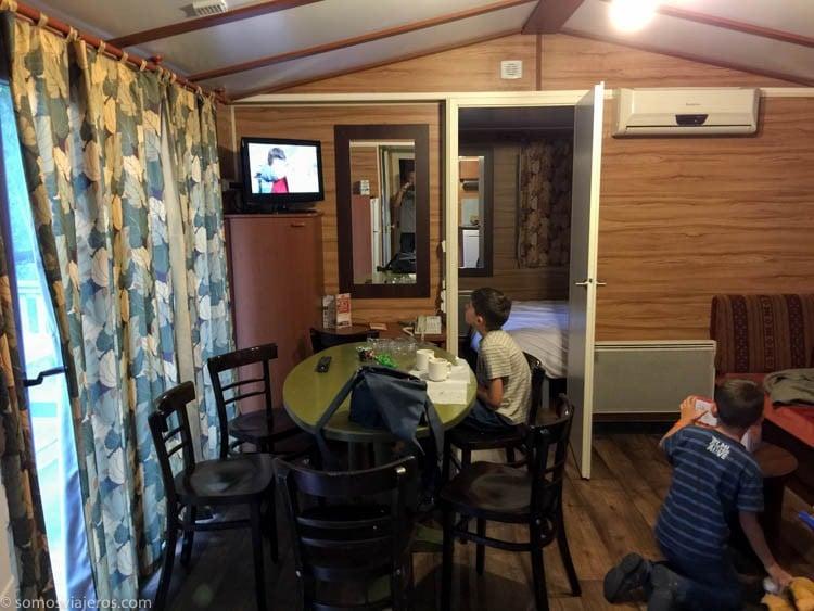 Alojamiento en Eurodisney. Hotel Davy Crockett salón cocina