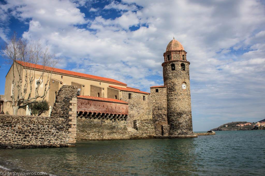 iglesia sobre el mar en Colliure. viaje a Carcassonne con niños