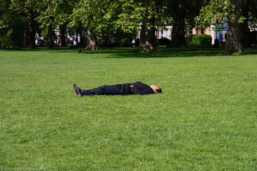 hombre tumbado brexit-3