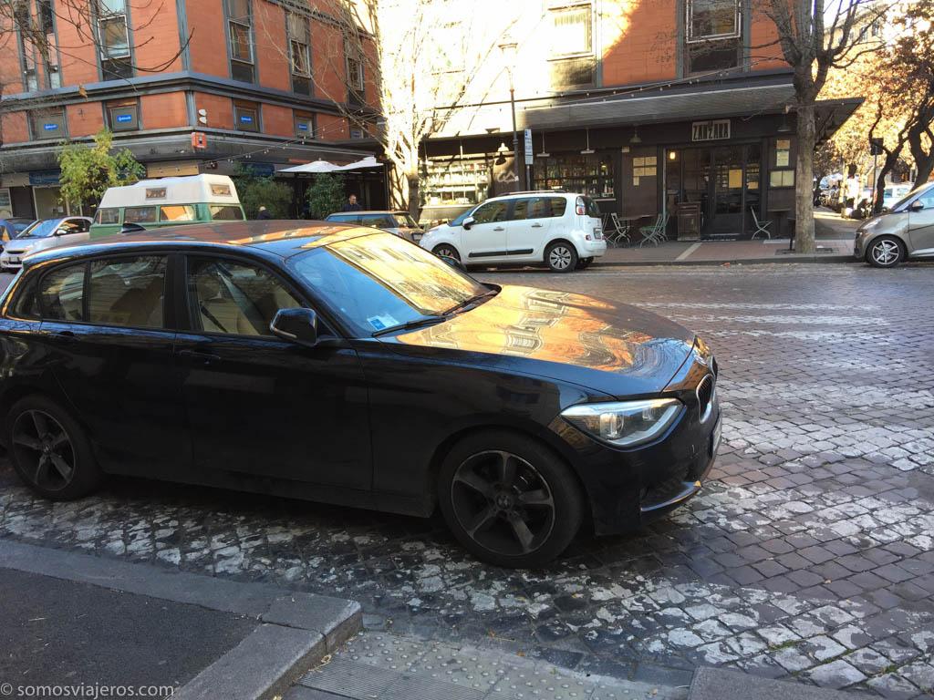 coche aparcado en paso de peatones de Roma
