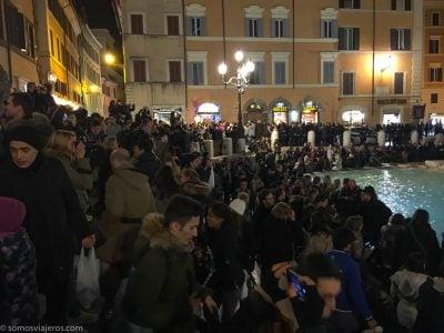Multitud ante la Fontana de Trevi