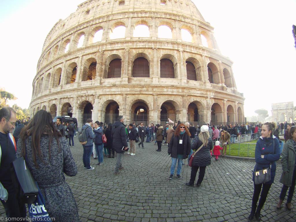 Primera imagen del coliseo de Roma al salir del metro con los guías esperando