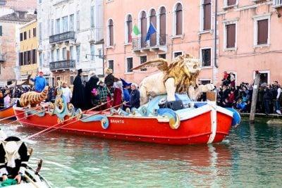 Carnaval de venecia. desfile de barcos
