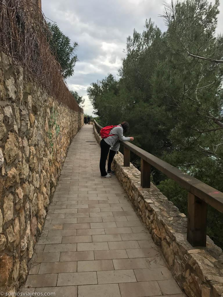 camino sobre acantilados en Salou
