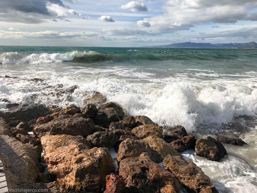 Rocas y olas en el camino de Ronda de Salou