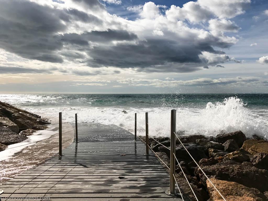 camino de ronda de salou inundado por las olas