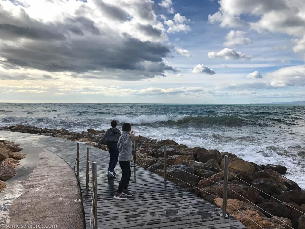 Jugando con las olas en nuestro viaje a Salou