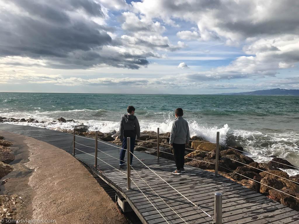 pau y David jugando con las olas en Salou