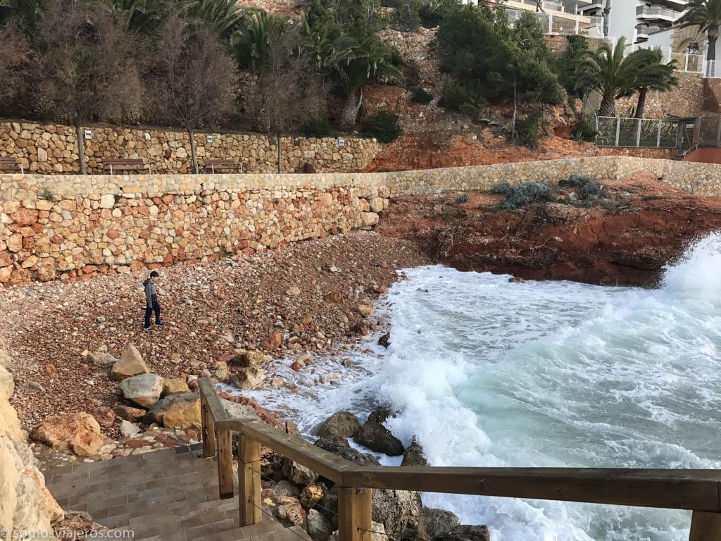 playa de piedras en el camino de ronda de Salou