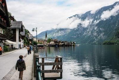 paseo por Hallstatt bordeando el lago