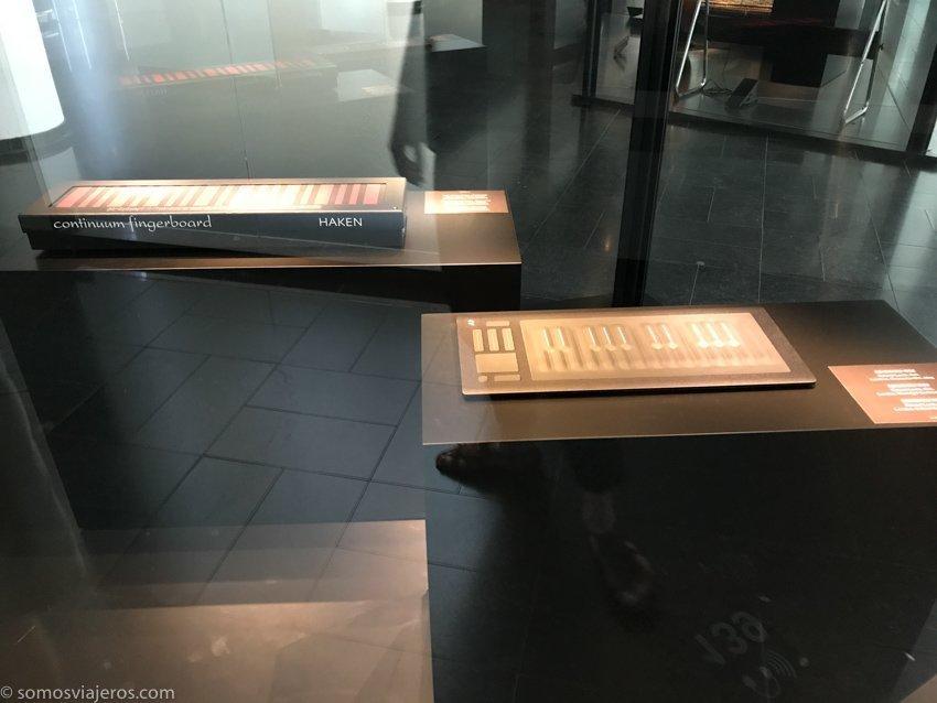 teclados extravagantes en el museo de instrumentos musicales en Bruselas