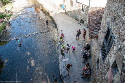 gente en el rio en Potes en Cantabria