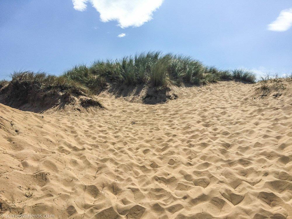 parque natural de las dunas de liencres. subiendo a la duna
