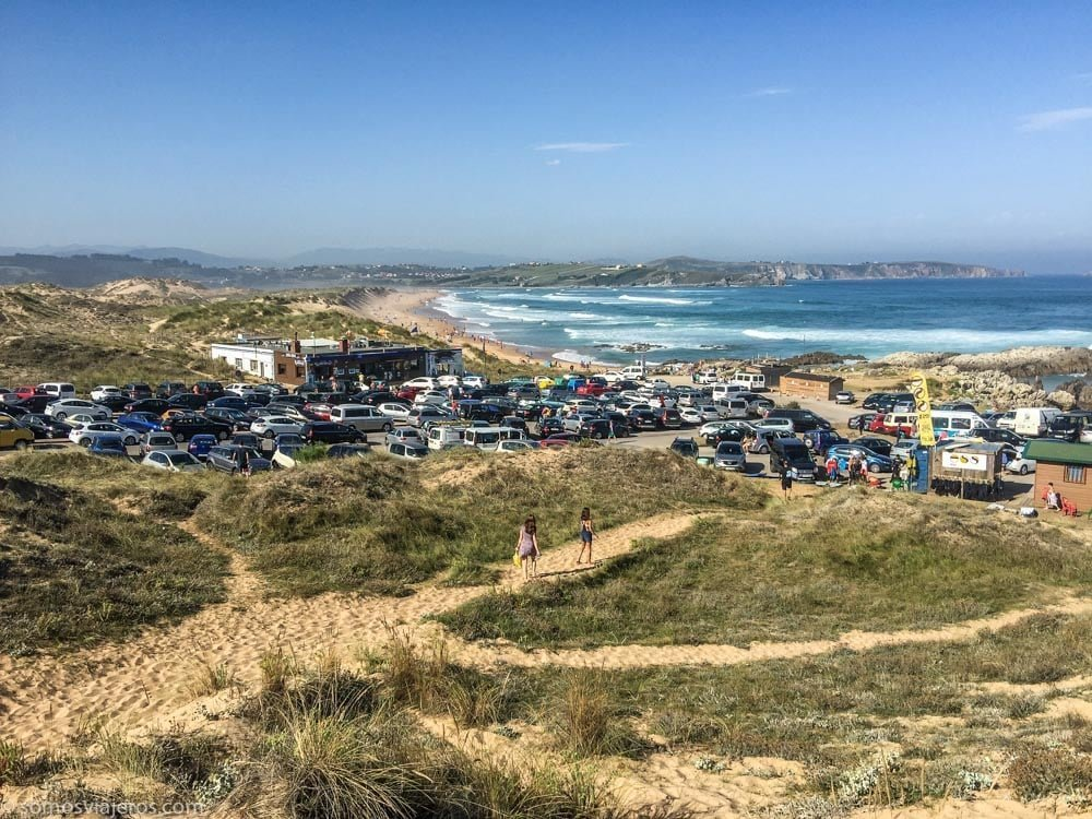 parque natural de las dunas de liencres en Cantabria - aparcamiento en la playa