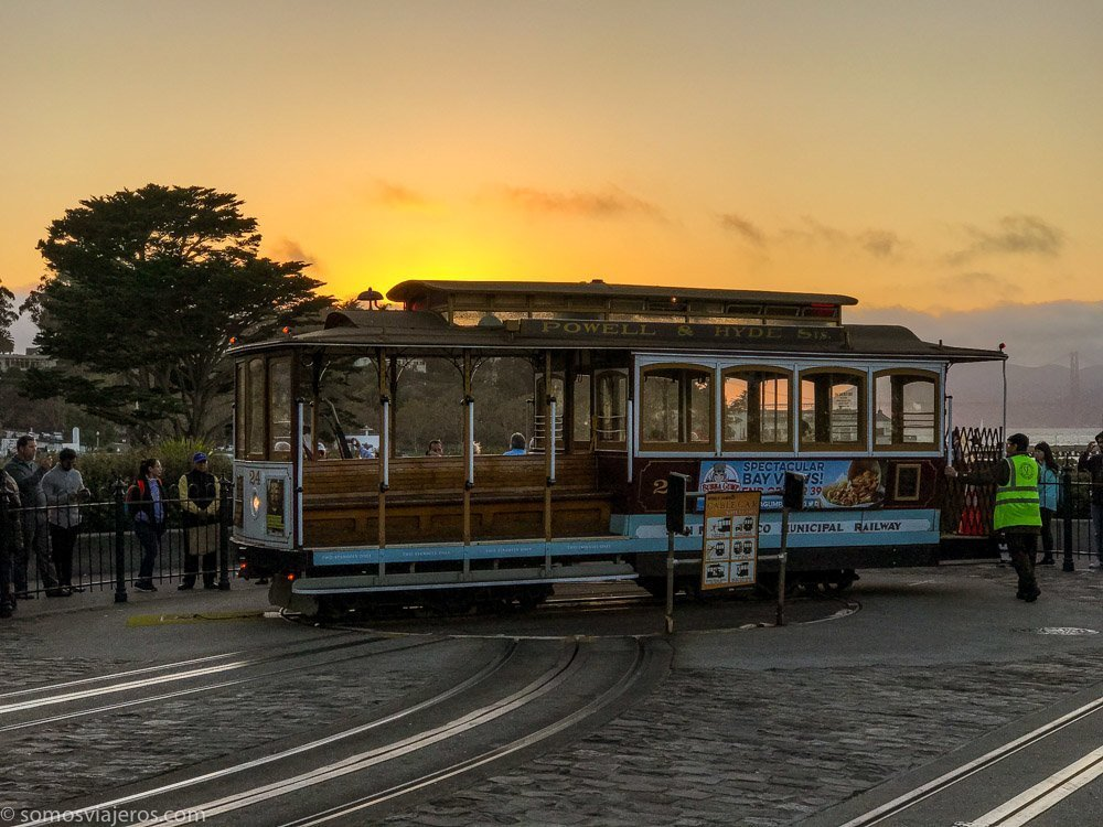Imagen del tranvía o cable car de San Francisco al atardecer