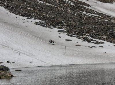 paisaje y gente deslizándose en la nieve