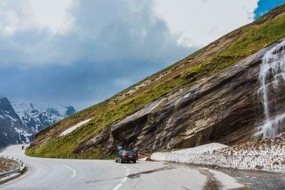 cascadas a pie de carretera en grossglockner