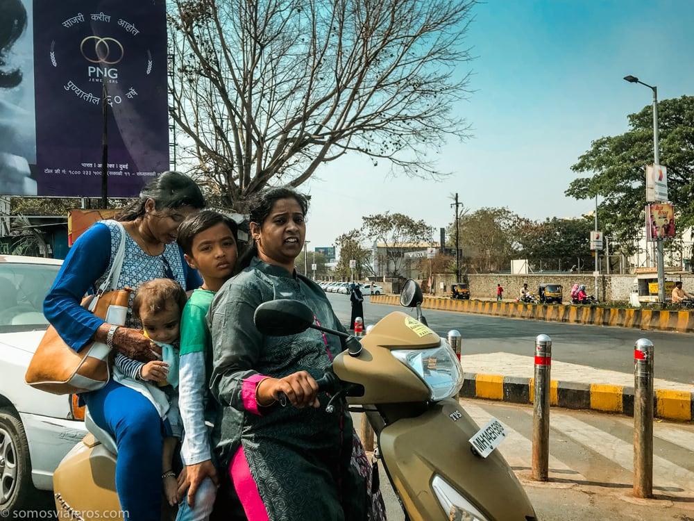 familia en moto en la india