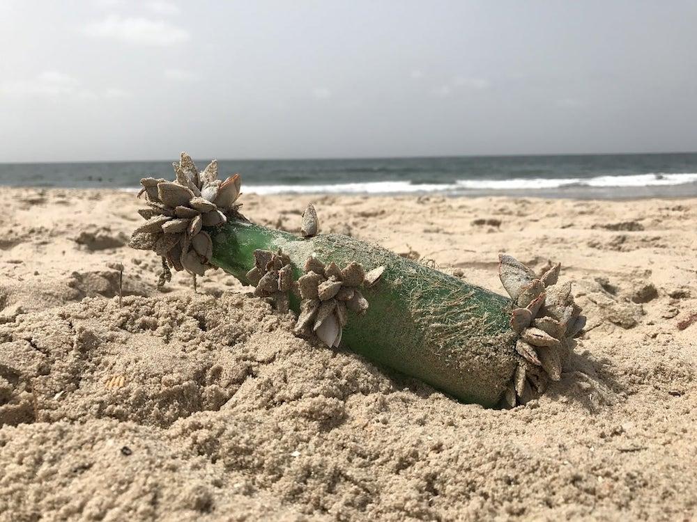 Mensaje en una botella en la arena