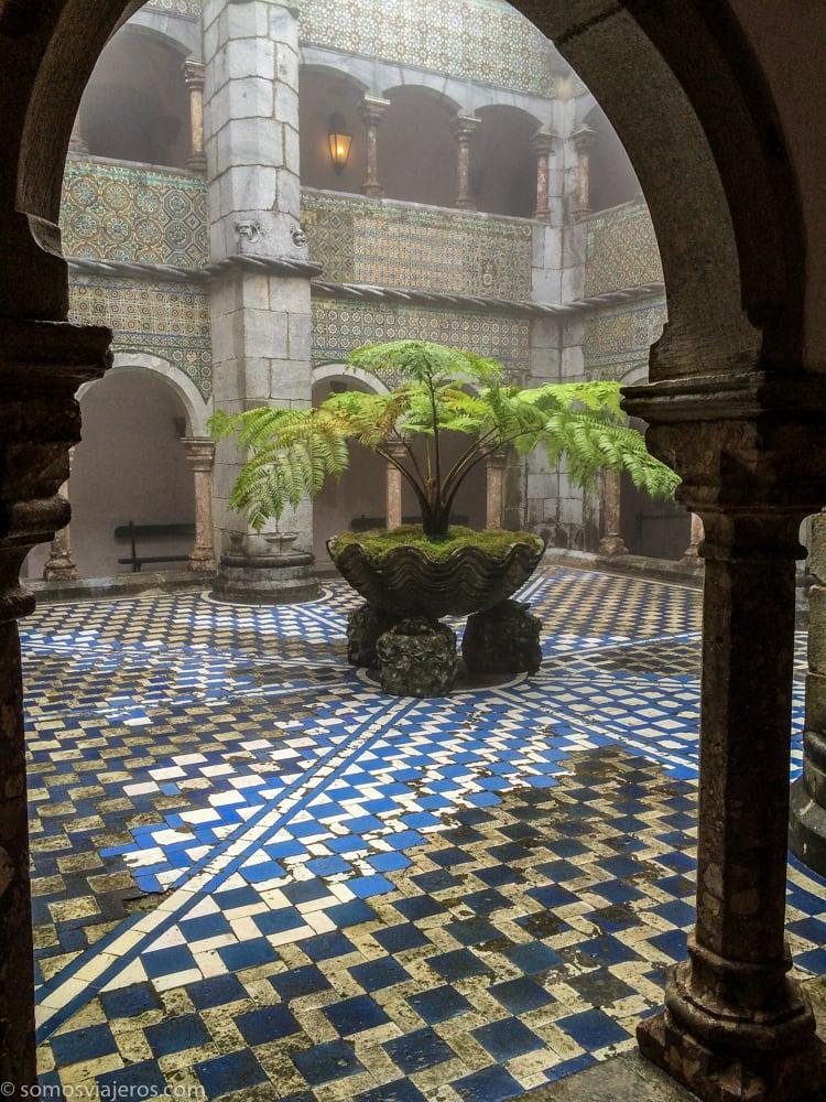vista entre arcos del claustro