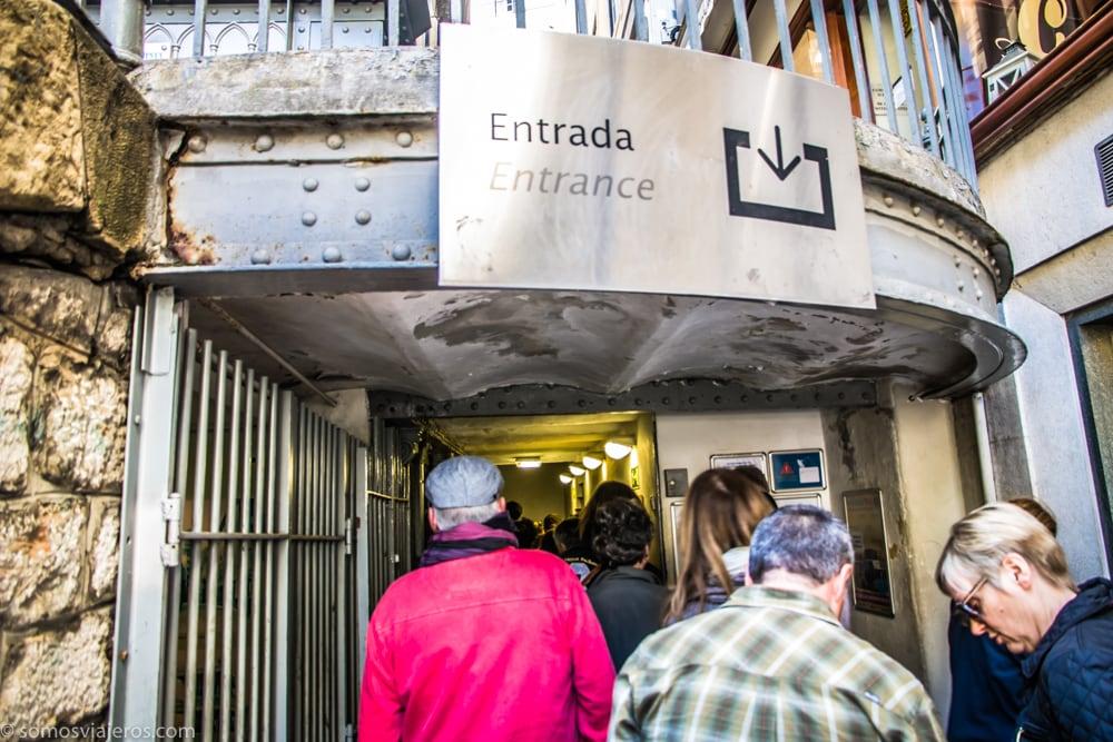 colas a la entrada del elevador de Santa Justa