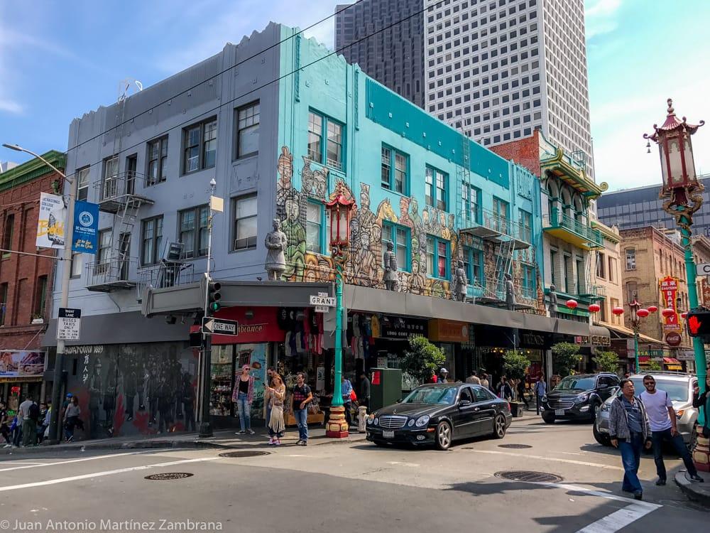 Una de las casas más bellas del barrio chino de San Francisco con sus murales de colores