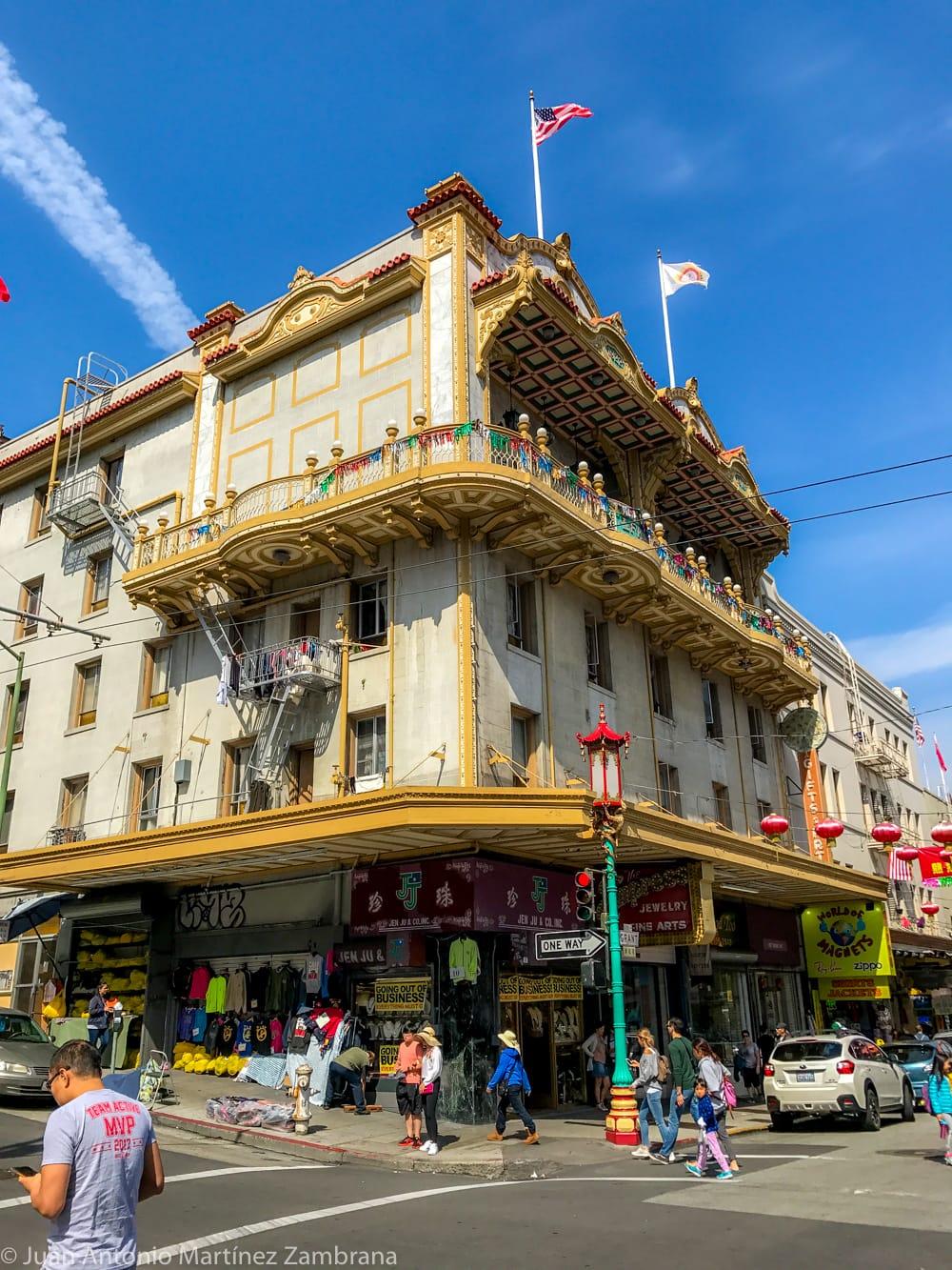 Edificio bellamente decorado en chinatown de San Francisco