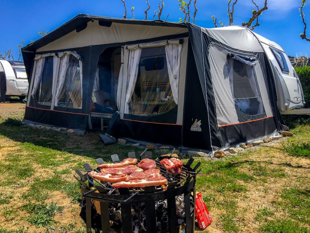 Mi caravana en el camping junto a la barbacoa