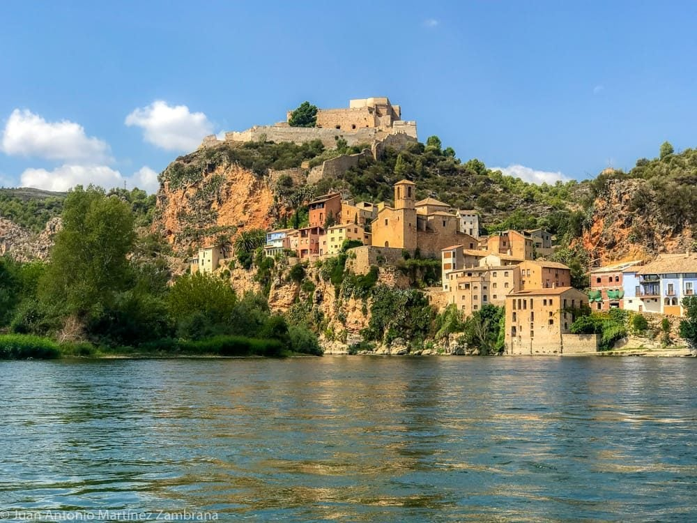 vista de Miravet desde el Ebro