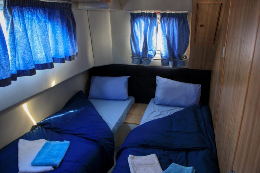 camarote con camas en el barco fluvial