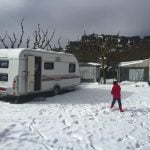 nuestra caravana en medio de la nieve en el cámping
