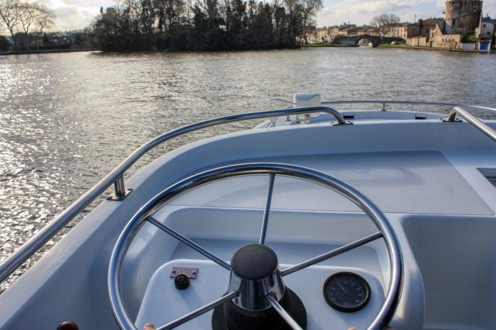 vista timón en el barco por el canal du midi