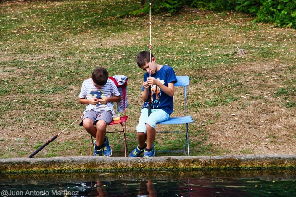 Preparando la caña de pescar truchas en Cantabria