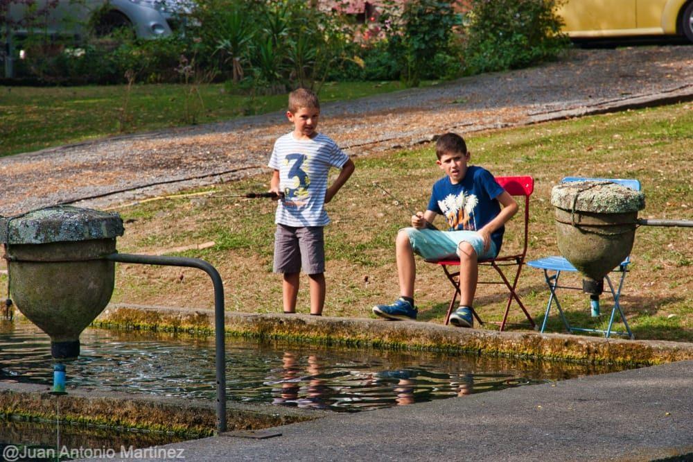 esperando y esperando a que las truchas se animen en piscifactoria de Saro