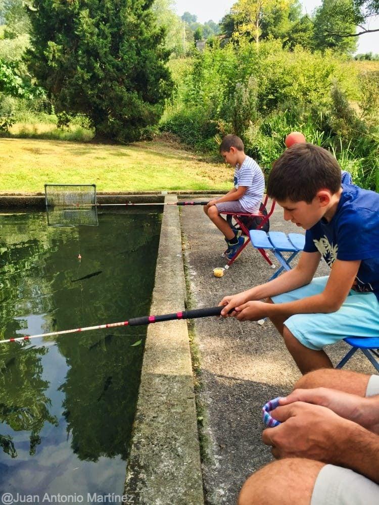 Pescando truchas en piscifactoria de Cantabria