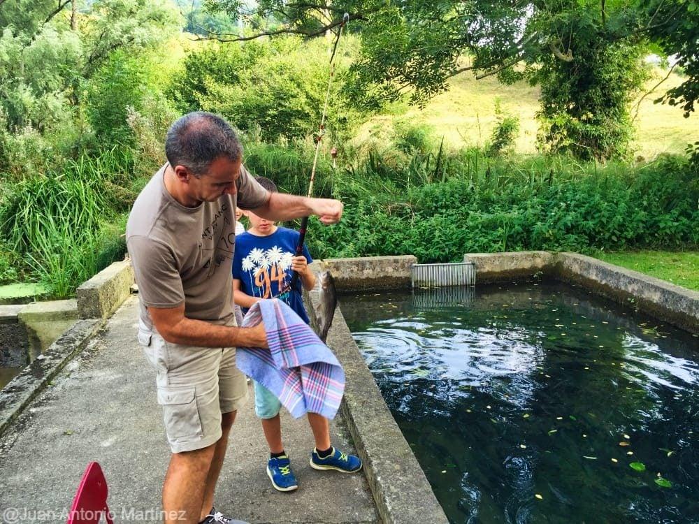 Pescando una trucha en piscifactoria de Saro en Cantabria