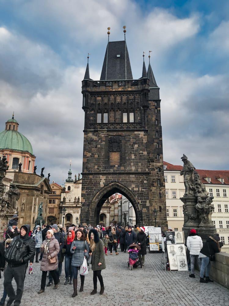 puente de carlos en nuestro viaje a Praga con niños