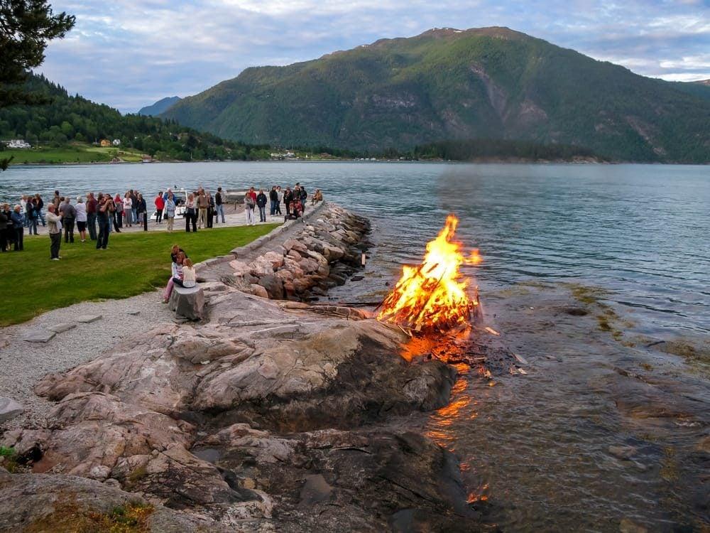 hoguera en el solsticio de verano en Noruega