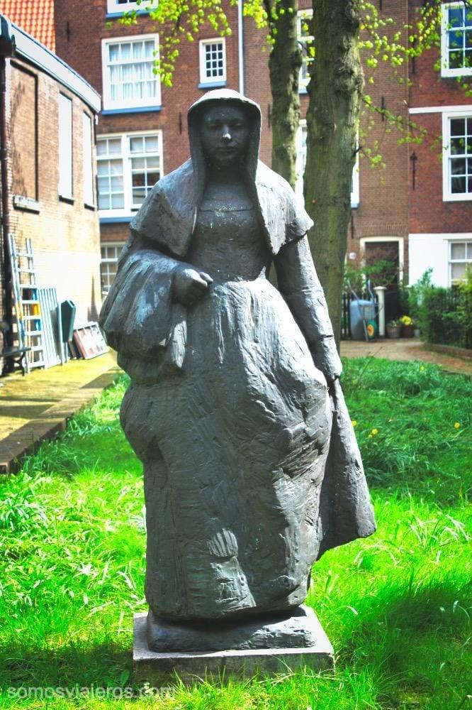 Estatua de beguina con su traje típico